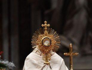 Papa muda tradição e celebra Corpus Christi em Ostia