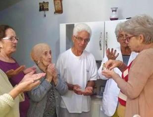 Enfermos e idosos recebem Jesus Eucarístico em suas residências.
