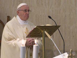 Papa: silêncio e oração diante de quem busca o escândalo