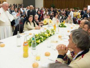 Papa convida um grupo de pobres para um almoço de Natal
