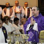 """""""O templo de Deus foi duplamente violado"""", diz padre em Missa por falecidos em Campinas"""