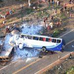 Ônibus de romeiros colide com caminhão e deixa mortos no Ceará