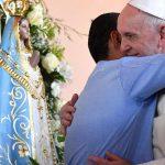 Precisamos abraçar o próximo com gestos simples e diários, disse o Papa Francisco