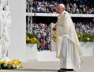 """Papa diante de mais de 100 mil fiéis em Abu Dhabi: """"Vim dizer-vos: Felizes!"""""""