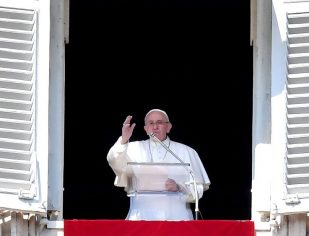 Antes de condenar os outros, olhar para dentro de si mesmo, Papa no Angelus
