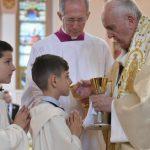 Crianças fazem a Primeira Comunhão com o Papa