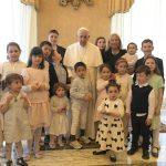 """Papa Francisco exorta a promover a """"cultura da criança"""" e da adoção"""