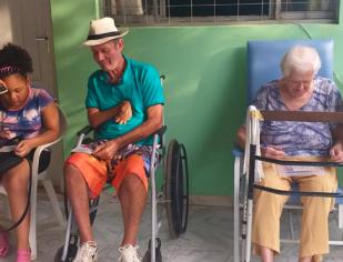 SOLIDARIEDADE: Jovens da matriz Nossa Senhora das Dores visitam geriátrica da cidade