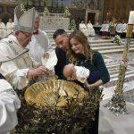 O Papa: batizar desde criança, para crescer com a força do Espírito Santo