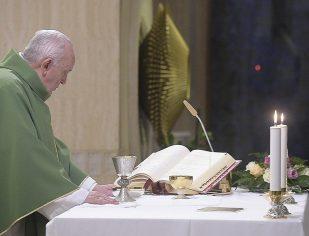 Francisco: embora perseguida e acorrentada, a Igreja nunca se cansa de acolher